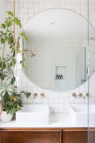 des-plantes-vertes-sur-le-lavabo-de-la-salle