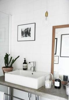 des-plantes-vertes-sur-une-vasque