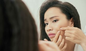 Pourquoi votre peau panique pendant vos règles et comment y faire face ?