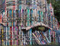Il bâtit un mur avec plus de 200 paires de ski en Alaska