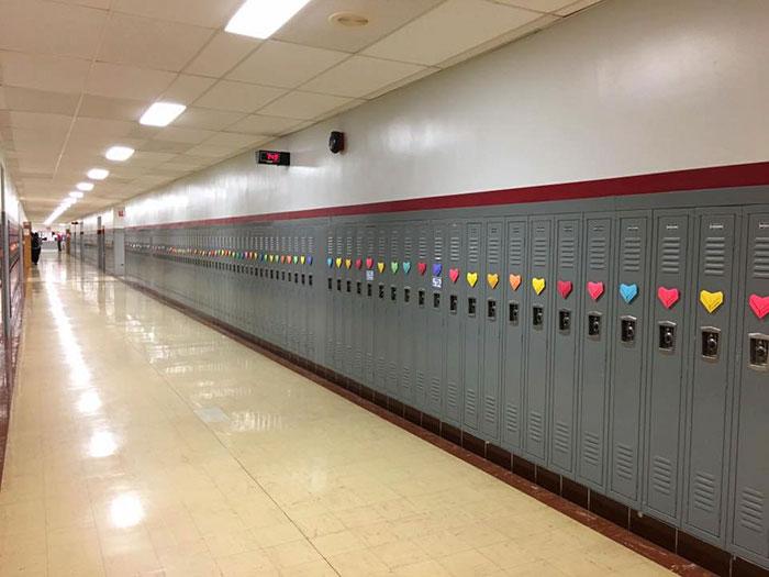 Pour la Saint-Valentin, un étudiant anonyme surprend toute son école avec plus de 1500 coeurs collé à chaque casier 01