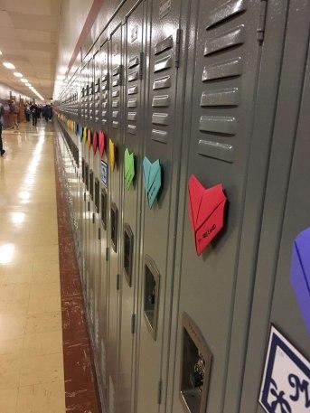 Pour la Saint-Valentin, un étudiant anonyme surprend toute son école avec plus de 1500 coeurs collé à chaque casier 03