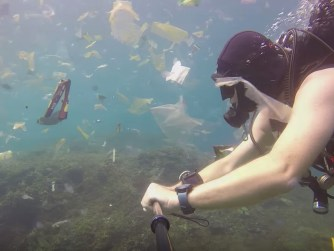 A Bali, un plongeur se retrouve dans un océan de déchets