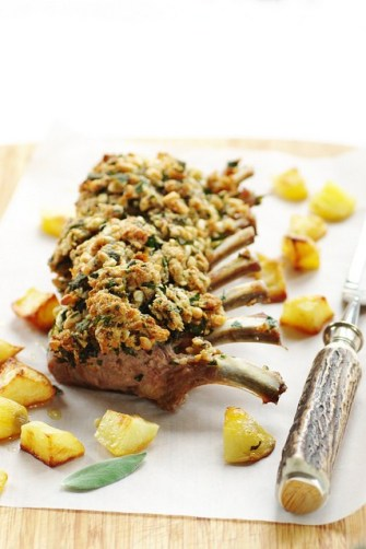 Le carré d'agneau à la sauge et pignons, pommes de terre pimentées