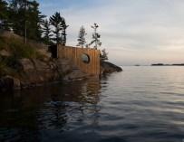 Grotto, un sauna accroché sur la côte d'une île privée