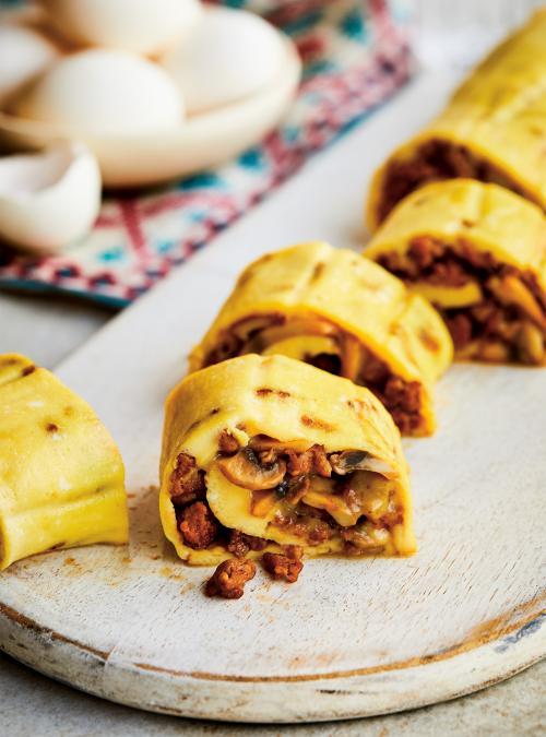 Omelette roulée aux champignons et à la saucisse