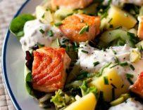 La salade de saumon, pommes de terre et concombres marinés