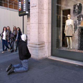 mannequins-city-street-art-installation-trolling-sculptor-artist-mark-jenkins-57-5d1318337ff0a__700