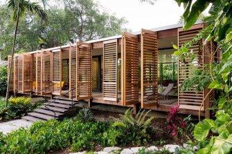Des persiennes en bois s'ouvrent pour dévoiler une maison signée Brillhart Architecture