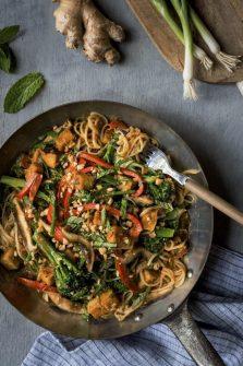 Les nouilles sautées aux légumes et au tofu