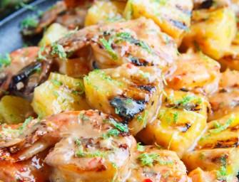 Les brochettes de chevrettes à l'ananas, au coco et à la sauce piquante