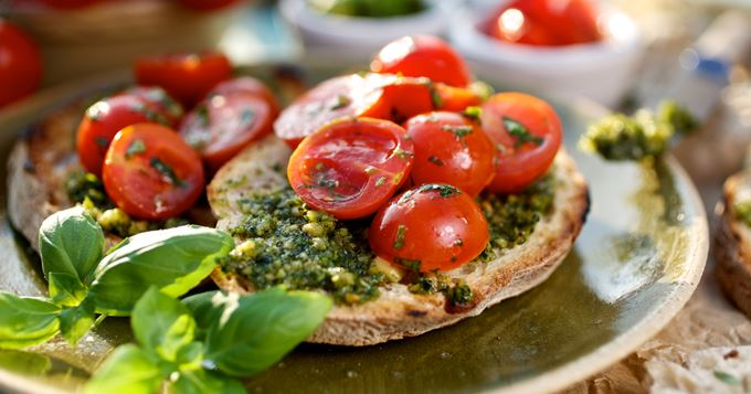 i131030-tartines-vegetariennes-au-pesto-et-tomates-cerise