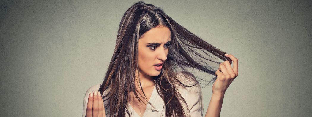 femme_brune_surveillant_la_chute_de_ses_cheveux-wcms-fr
