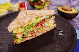 Club sandwich au poulet, bacon & avocat