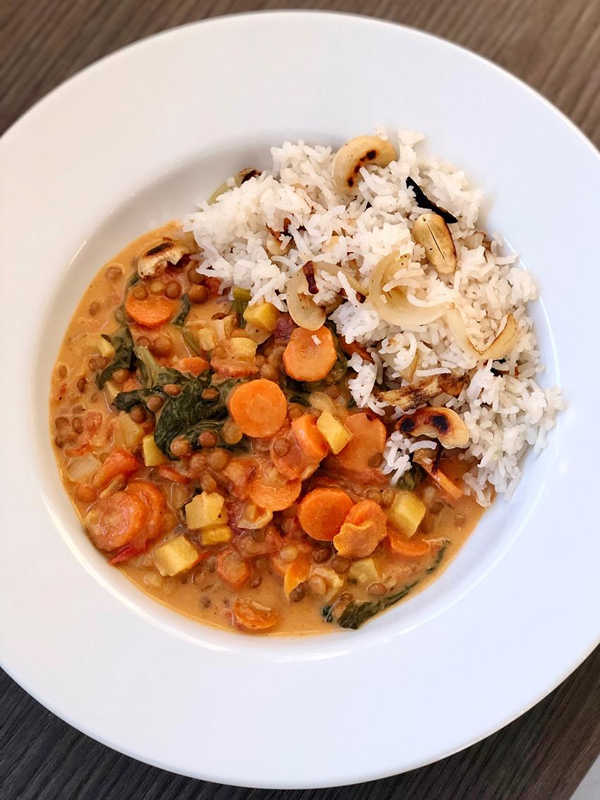 curry-de-legumes-vegan-riz-noix-de-cajou-oignons-the-mona-project