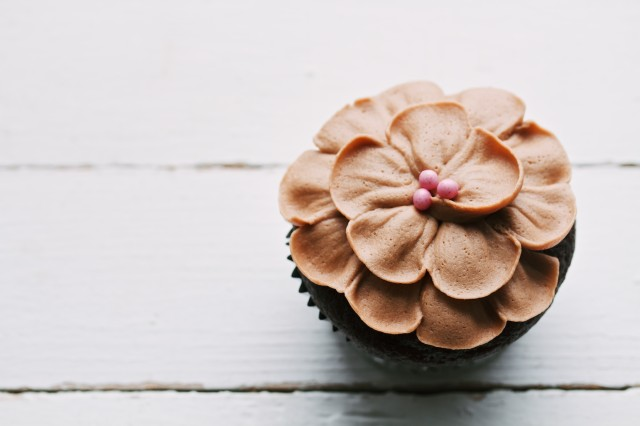 petal topped cakes and cupcakes | movita beaucoup