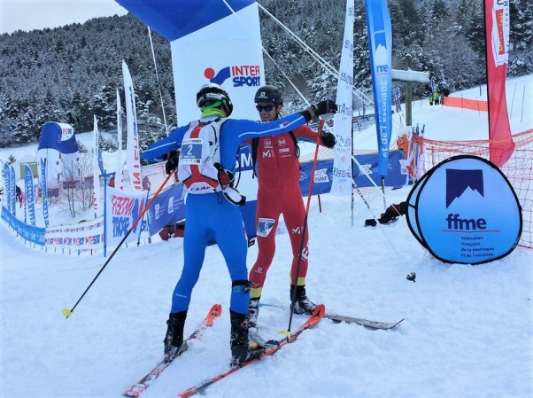 Damiano Lenzi, de espaldas, con su mochila Camp de competición.
