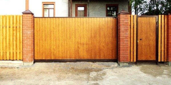 Деревянные откатные ворота: фото и видео установки