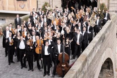 Orchesterfoto-auf-Bruucke-c-Michael-Trippel-pagina