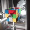 Stroj složí Rubikovu kostku za 380 milisekund