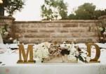 Hoa cho bàn cô dâu chú rể bị đặt lộn mặt (phía sau quay ra ngoài hehe) - photo credit: Kym Ventola