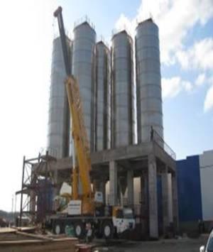 """Монтаж колонн установки переработки ППФ на предприятии """"Полиом"""" идет полным ходом. Недавно на строительную площадку доставили уже третью колонну."""