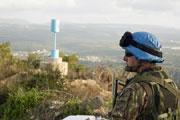 """Un casque bleu de la FINUL le long de la """"Ligne bleue"""" à la frontière entre le Liban et Israël"""
