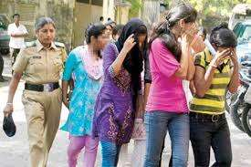 Mumbai-police-round-up-unmarried-couples-from-hotels Police Drags About 40 Couples out of Hotels for Being UnMarried