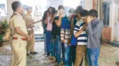 Mumbai-police-round-up-unmarried-couples-from-hotels1 Police Drags About 40 Couples out of Hotels for Being UnMarried