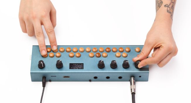 Critter_and_guitari_organelle_hands.jpg