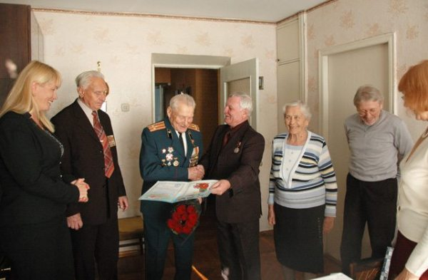 Захоронення ветеранів 4 Тельман Надиров вітає із 90-річчям учасника бойових дій Василя Хоменка