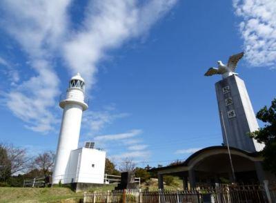 四山の灯台と慰霊塔