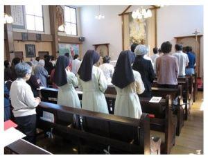 祈る信者の共同体