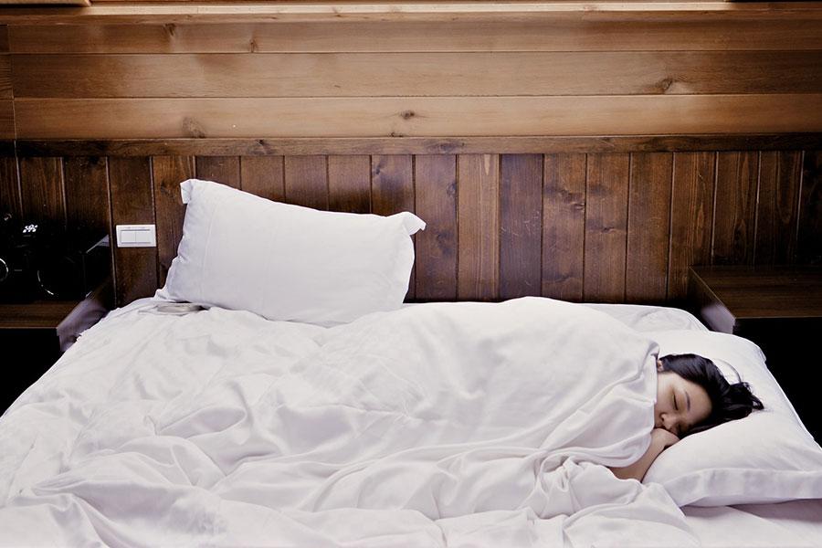 dans-quelle-position-dormir-quand-on-a-trop-mange