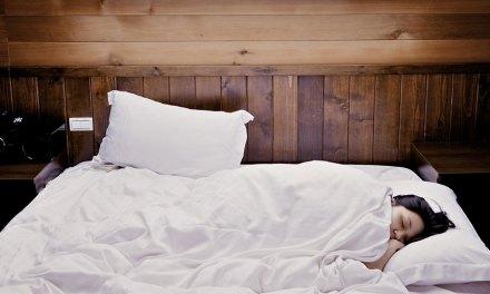 Dans quelle position dormir quand on a trop mangé ?