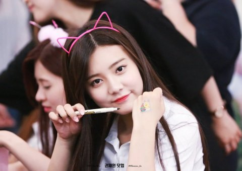Image 28bdf9ba11542dc1cd7f2d9f802ea823 in post 11 thần tượng Kpop xinh đẹp của Hàn Quốc sinh năm 1999