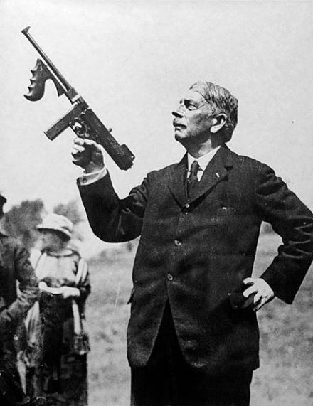 Thompson y su arma.