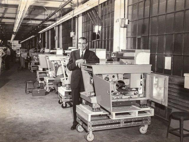 El jefe de Xerox con uno de los primeros modelos de 914