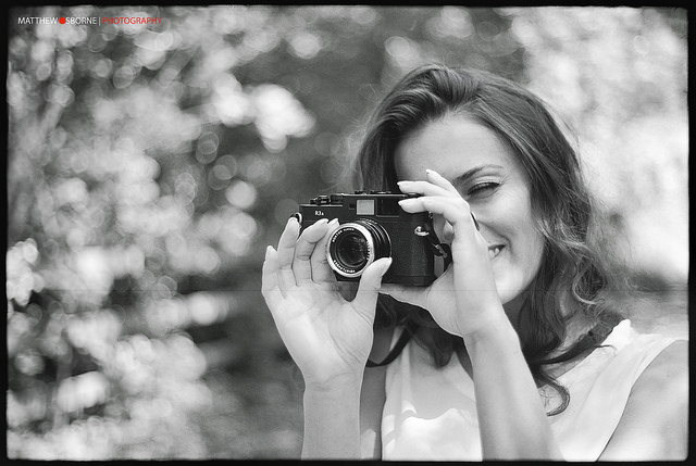 Voigtlander Bessa R3A Review - Girl with camera B&W