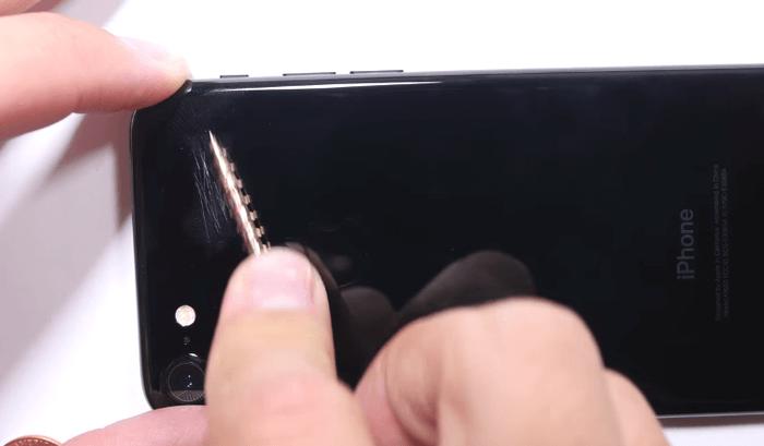 jet-black-iphone7-scratch-test-5