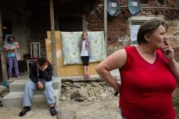 Broniszow, 19.06.2014. Rodzina przed domem. Fot. Joanna Mrowka / FORUM