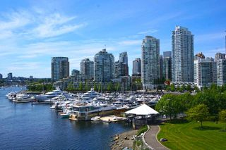 """Photo 2: 42 1088 MARINASIDE Crescent in Vancouver: Yaletown Condo for sale in """"QUAYSIDE MARINA"""" (Vancouver West)  : MLS®# R2376189"""