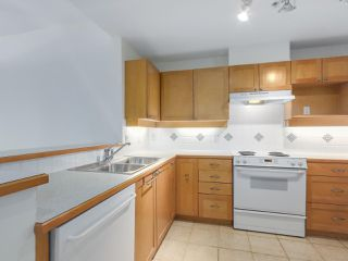 """Photo 10: 301 6198 ASH Street in Vancouver: Oakridge VW Condo for sale in """"THE GROVE"""" (Vancouver West)  : MLS®# R2332430"""