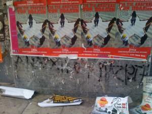 Ο οικολογικός ΣΥΡΙΖΑ πετάει αφίσες στο πεζοδρόμιο...