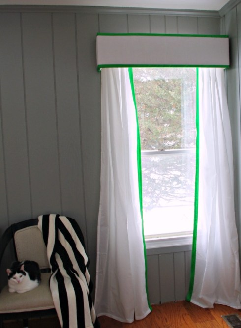 Kelly Green Curtains With Light Gray Grasscloth Walls: Kelly Green Pelmet Box Curtains