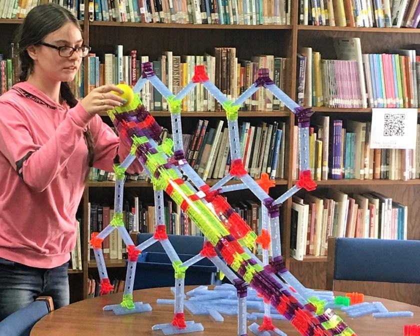 girl building with bracktiz