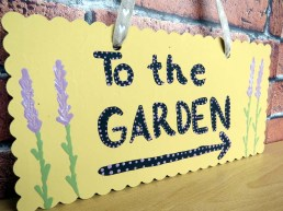 Hand-painted 'to the garden' sign