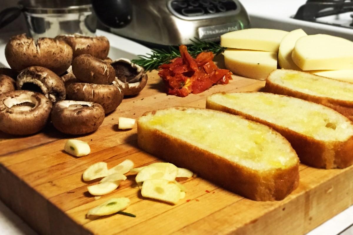Ingredientes. Pan francés, ajo, champignones, tomates secos, romero.