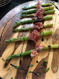 Espárragos con jamón serrano y reducción de vinagre balsámico