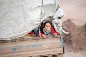 سكان إدلب وضواحيها محاصرون بين القصف وحدود تركيا المغلقة